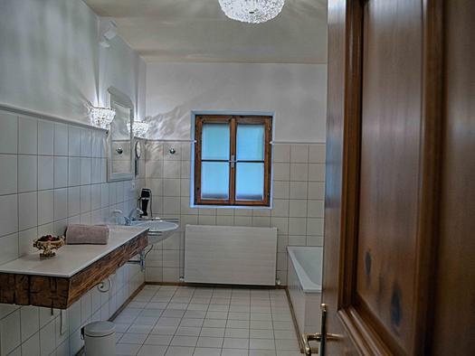 Badezimmer mit Badewanne, Dusche und WC (© privat)