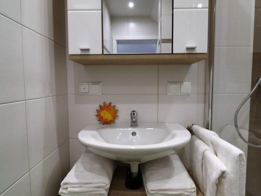 Waschtisch mit Spiegelschrank. (© Pfandl Tom)