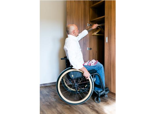 Person im Rollstuhl, Kasten. (© Ellmauer)