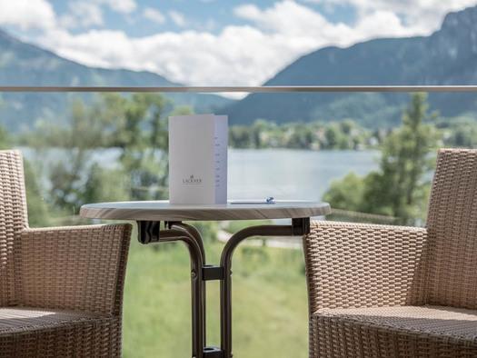 Tisch und Sesseln, Blick auf die Landschaft, See und die Berge. (© Lackner)