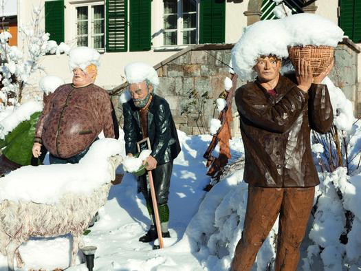 Krippenfiguren im Pfarrgarten St. Wolfgang. (© WTG)