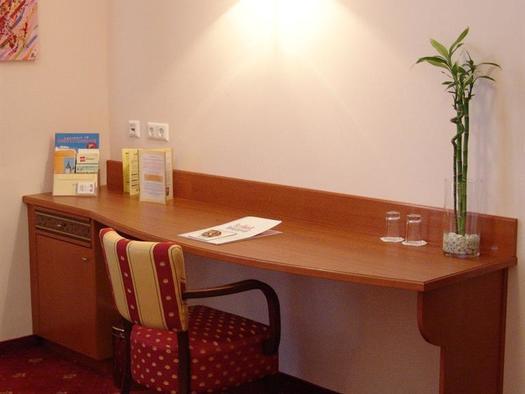 großzügige Schreibtische (© Hotel Alexandra & Bayrischer Hof)
