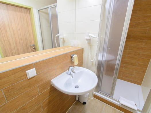 badezimmer-jufa-hotel-almtal-dusche