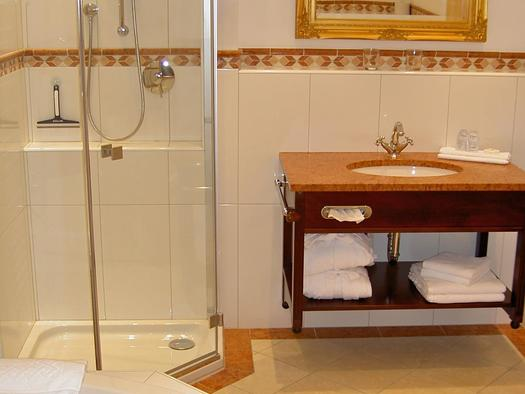Badezimmer mit Whirlpool (© Andrea Bergbaur)