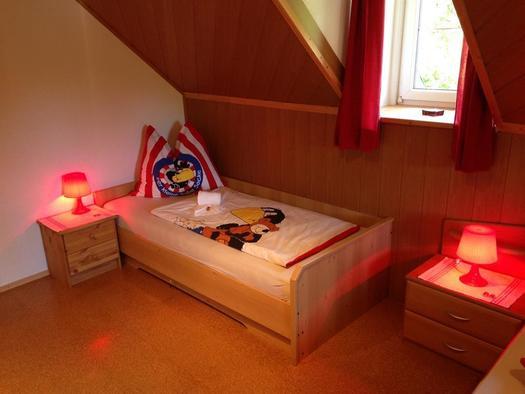 3-Bett Zimmer mit Kinderbettwäsche Rabe Socke (© A. Gösweiner)