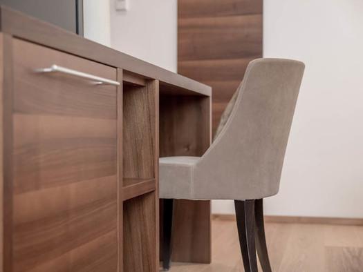 Kommode/Tisch mit Stuhl. (© Lackner)