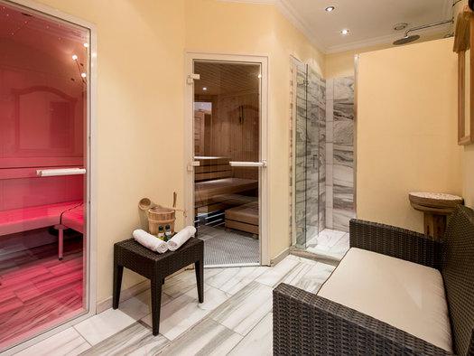 Sauna und Dampfbad mit Tischchen zwischne den Türen und Sitzgelegenheit. (© Eichingerbauer)