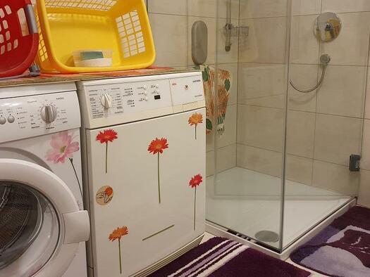 Badezimmer mit Waschmaschine und Trockner (© Ferienwohnung Mariandl | Maria Felhofer)