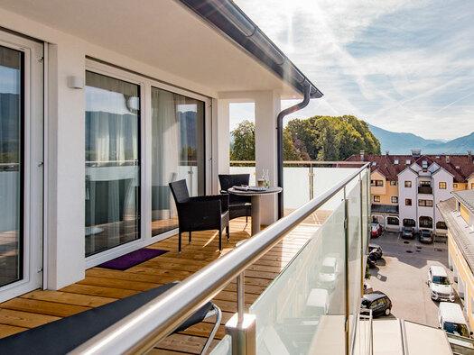 Terrasse mit Tisch und 2 Stühlen. (© Hotel Krone)