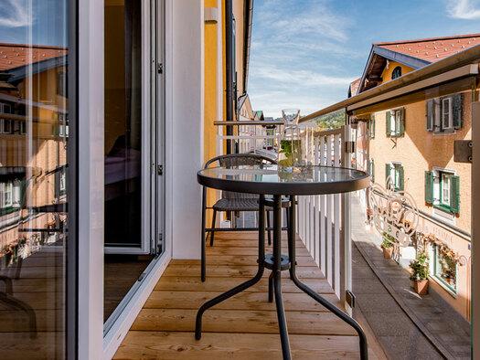 Tisch mit Stuhl, Getränke darauf, Blickrichtung Marktplatz. (© Hotel Krone)
