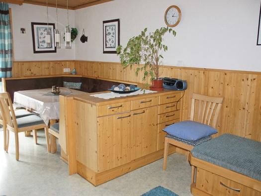 Gemütliche Sitzecke in der Küche der Ferienwohnung Gosaukamm (© Manuela Sommerer)