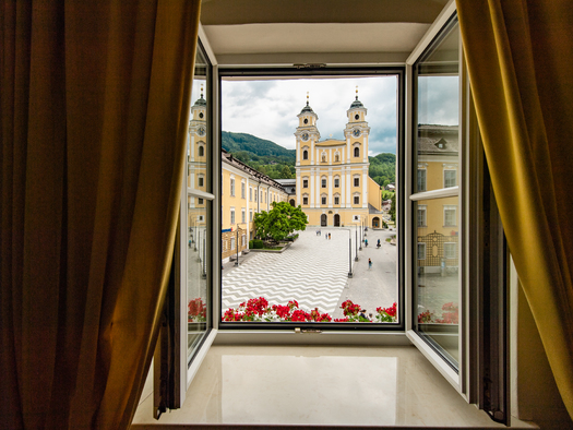 double room standard with view to the basilica (© www.leitnerbraeu.at)