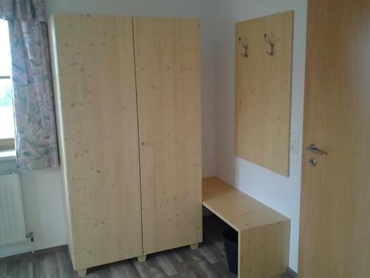 Doppelzimmer mit Kasten und Gaderobe (© Familie Kern)