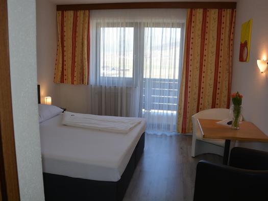Doppelzimmer mit Blick zum Balkon (© Hotel Böhmerwaldhof)
