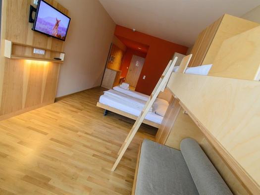 betten-familienzimmer-jufa-hotel-almtal-medium-tv