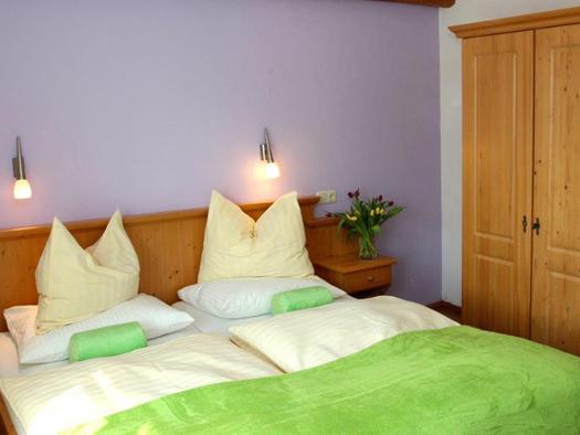Schlafzimmer mit Doppelbett. (© Mairhofer)