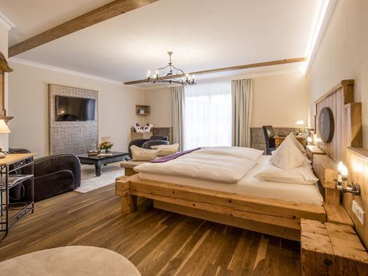 Zimmeransicht Holzbett Sitzgelegenheit. (© Eichingerbauer)