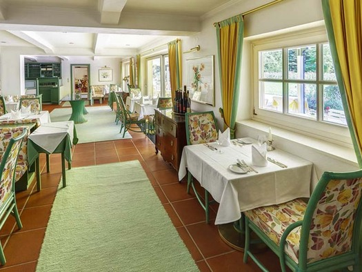 gedeckte Tische, Stühle, seitlich Fenster. (© Hotel Seehof)