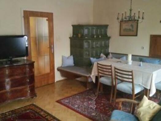 Wohnzimmer mit Kachelofen. (© Oberschmid)