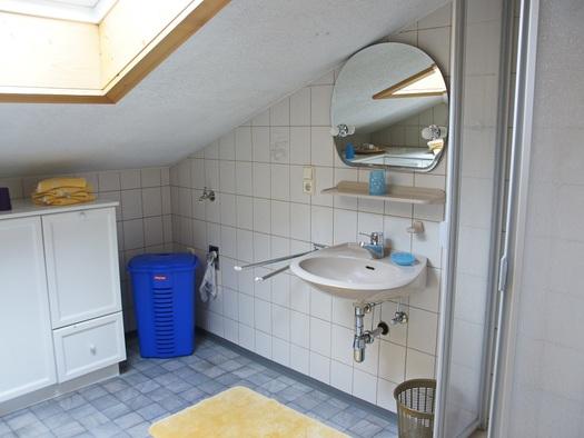 Badezimmer mit separatem WC der Ferienwohnung Schlosspark (© Manuela Sommerer)
