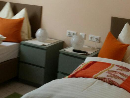 Zwei getrennte Betten mit Nachtkästchen. (© Obersschmid)