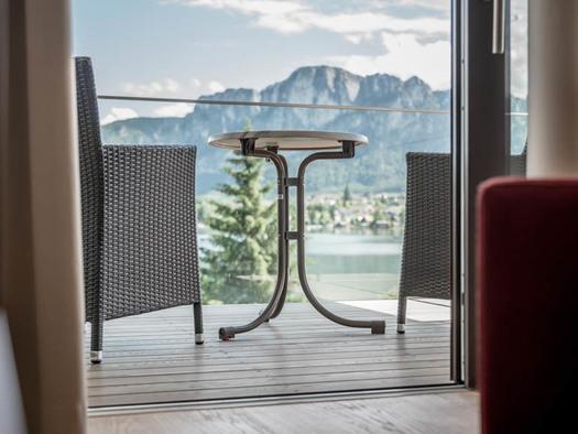 Blick auf die Terrasse mit Stühle und Tisch, Blick auf den See und die Berge. (© Lackner)