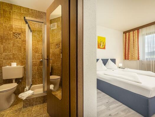 Bad im Doppelbettzimmer (© Hotel Böhmerwaldhof)