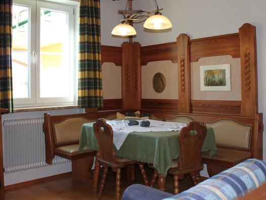 Eßbereich mit Eckbank, Tisch und Stuhl. (© Fam. Winklhofer)