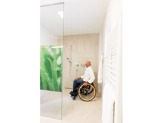 Person im Rollstuhl, Badezimmer. (© Ellmauer)