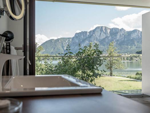 Waschbecken, Blick auf die Terrasse, Landschaft, See, Berge. (© Lackner)