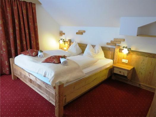 Schlafzimmer mit Doppelbett, Nachtkästchen mit Lampen. (© Stabauer)