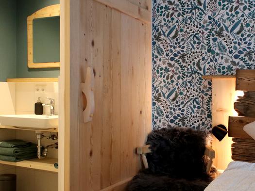 Schlafzimmer mit Zugang zum Badezimmer. (© D7)
