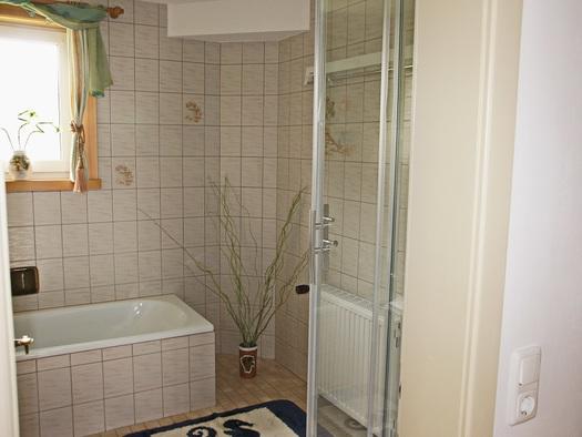 Bad mit separatem WC der Ferienwohnung Gosaukamm (© Manuela Sommerer)