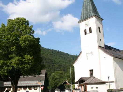 Kirche und Dorflinde (© fuschlseeregion/Hintersee)
