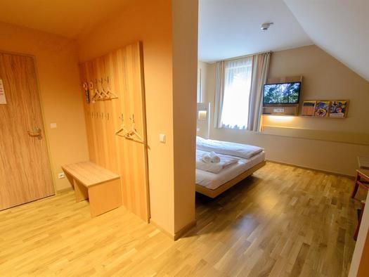 vorraum-doppelzimmer-jufa-hotel-almtal-tv-