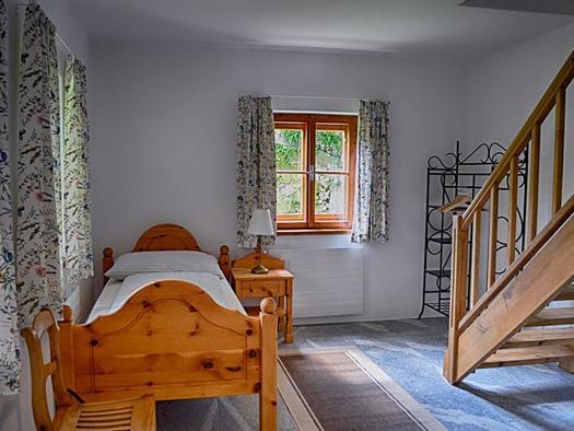 Schlafzimmer mit Einzelbett und ausziehbarer Couch (© privat)