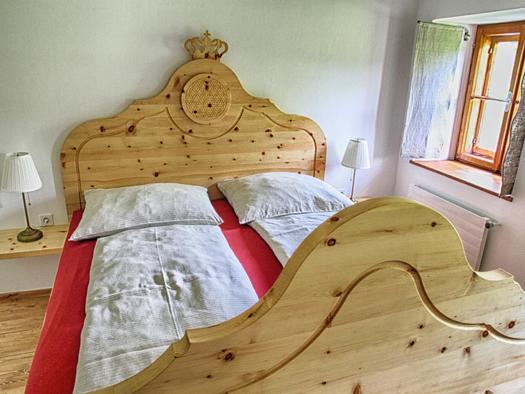 Schlafzimmer mit Zirbenbetten (© privat)