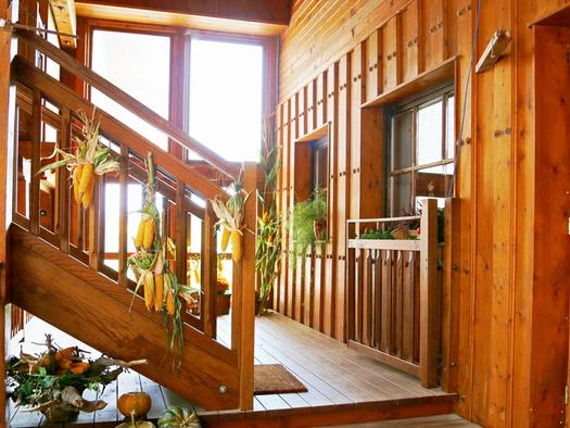 Aufgang zur Ferienwohnung, Holzstiege. (© Radauer)