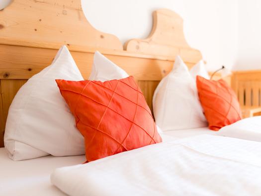Schlafzimmer mit Doppelbett. (© Gaderer)