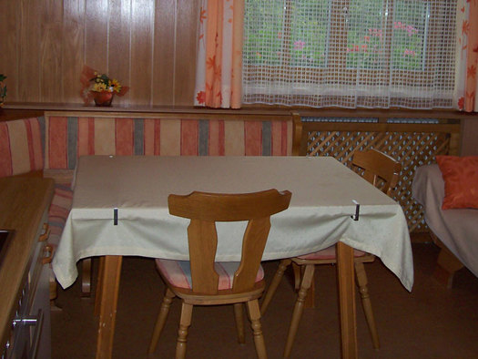 kitchen with Table and bench. (© Andräbauer)