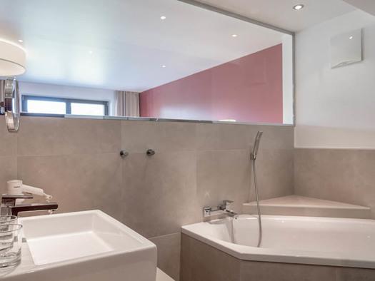 Badezimmer mit Waschbecken, Gläser, Badewanne. (© Lackner)