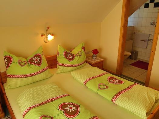 Doppelbett im Apartment Daniel (© Gästehof Annerl)