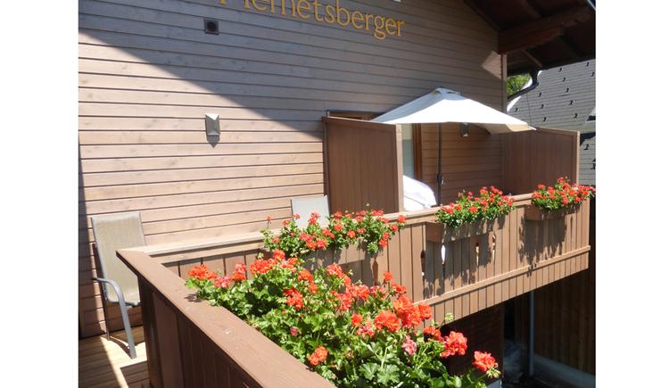 Balkon mit Blumen. (© Seepension Hemetsberger)