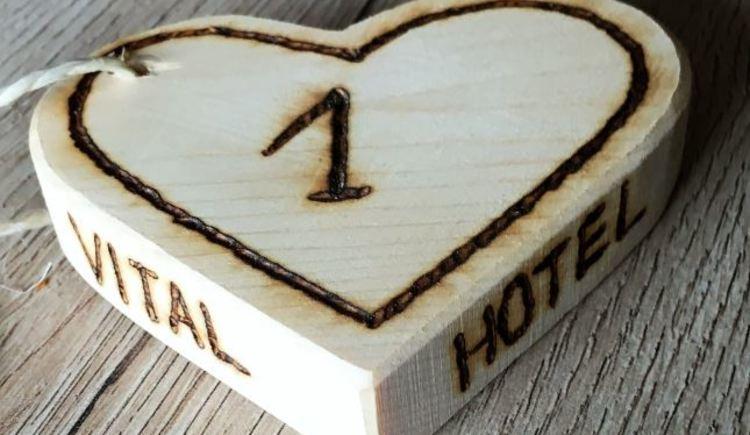 Hier siehst du ein schönes Herz mit der Zimmernummer der Ferienwohnung. (© Michael Bucek)