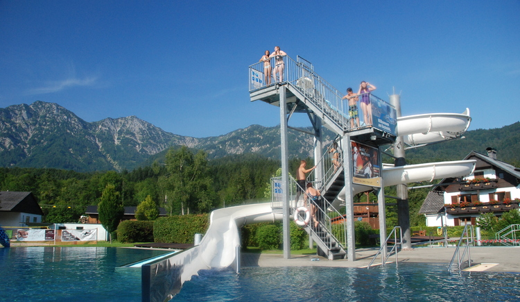 Enjoy the summer and the wonderful surroundings in the outdoor pool Bad Goisern