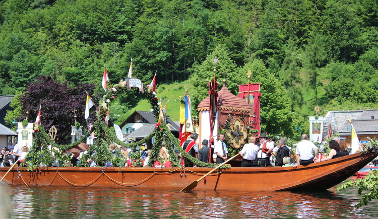 The traditional boat with the sanctum during the Chorpus Christi procession. (© Tourismusverband Dachstein Salzkammergut)
