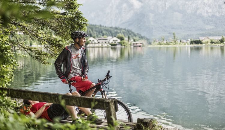 The Welterberunde leads directly along Lake Hallstättersee to Obertraun with the e-bike