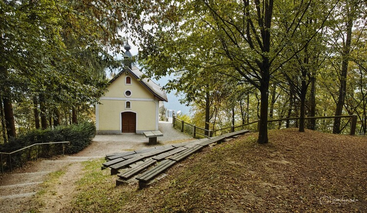 Die Penzensteinkapelle und den wunderbaren Ausblick auf das Donautal und KW Jochenstein soltte man sich bei einem Aufenthalt im Hotel Luger auf keinen Fall entgehen lassen. (© Luger)