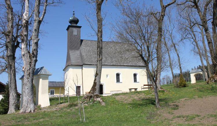Foto zeigt Filialkirche St. Peter in Berg im Attergau. (© TVBAtterseeAttergau_FotografSimonePuchner)