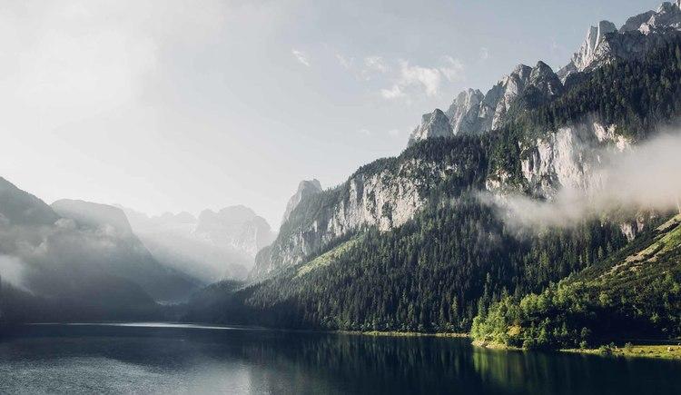 Mystical view of the Gosau Ridge and the Dachstein mountain from Lake Gosau. (© © Dachsteinrundwanderweg © ladyvenom)